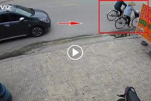 Ô tô phóng nhanh 'húc bay' cụ bà đi xe đạp