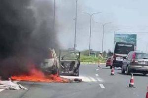 Ô tô 7 chỗ cháy trơ khung trên cao tốc