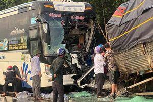 Xe khách vượt ẩu đối đầu xe tải, tài xế tử vong, nhiều hành khách bị thương