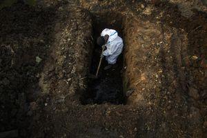 Người đào mộ ở Ấn Độ làm việc suốt ngày đêm
