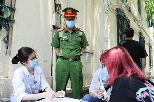 Sáng 30/4, quận Hoàn Kiếm xử phạt nhiều trường hợp không đeo khẩu trang nơi công cộng