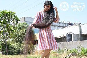 Nữ kỷ lục gia Ấn Độ cắt bỏ mái tóc dài nhất thế giới