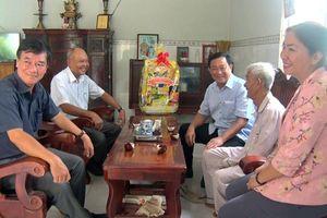 Chủ tịch UBMTTQVN tỉnh An Giang Nguyễn Tiếc Hùng thăm, tặng quà các gia đình chính sách huyện Tri Tôn