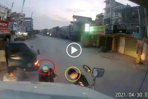 Lao thẳng vào đầu xe Container, 2 thanh niên thoát chết trong gang tấc