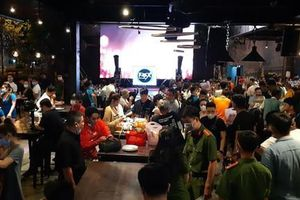 'Đột kích' 2 nhà hàng ở trung tâm Sài Gòn, phát hiện nhiều vi phạm