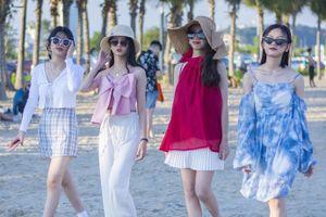 Giới trẻ chụp ảnh kỷ yếu bên bãi biển Hạ Long