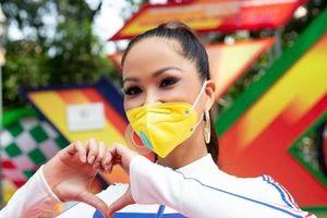 H'Hen Niê diện jumpsuit lục sắc cực nóng bỏng, cổ vũ đua xe đạp trong ngày lễ 30/4