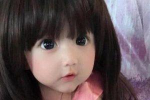 Em bé xinh đẹp bị nghi ngờ là... búp bê, người mẹ liền đăng ảnh gia đình để chứng minh nhan sắc