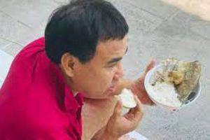 Trong khi mọi người thi nhau check-in sang chảnh ngày lễ thì Quyền Linh lại ngồi bệt trên sàn nhà, ăn cơm cá khô