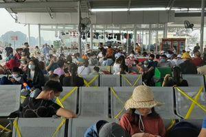Quảng Ninh: Hàng nghìn du khách khắp nơi đổ về Vân Đồn để ra các tuyến đảo nghỉ lễ