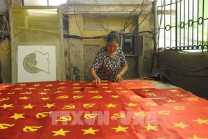 Hà Nội: Rộn ràng làng làm cờ Tổ quốc