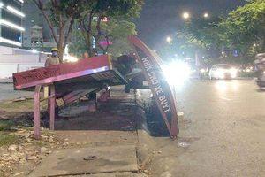 TP.HCM: Nhà chờ xe buýt bất ngờ đổ sập xuống đường