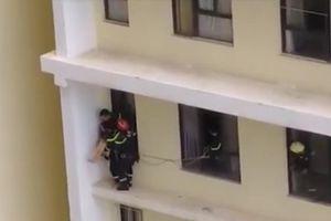 Cảnh sát giải cứu cô gái xinh đẹp từ tầng 18 chung cư