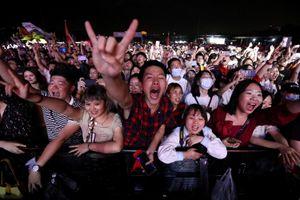 Hàng nghìn người không đeo khẩu trang dự nhạc hội ở Vũ Hán
