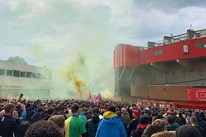 CĐV M.U điên cuồng chiếm sân Old Trafford trước đại chiến Liverpool