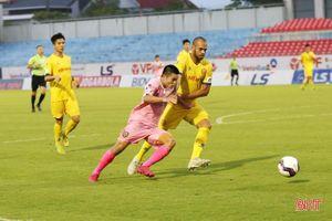 Hồng Lĩnh Hà Tĩnh lội ngược dòng trước Nam Định trong trận cầu 5 bàn thắng