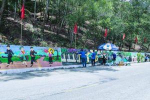 Thanh niên Nghệ An biến tường chắn taluy thành tranh cổ động bầu cử