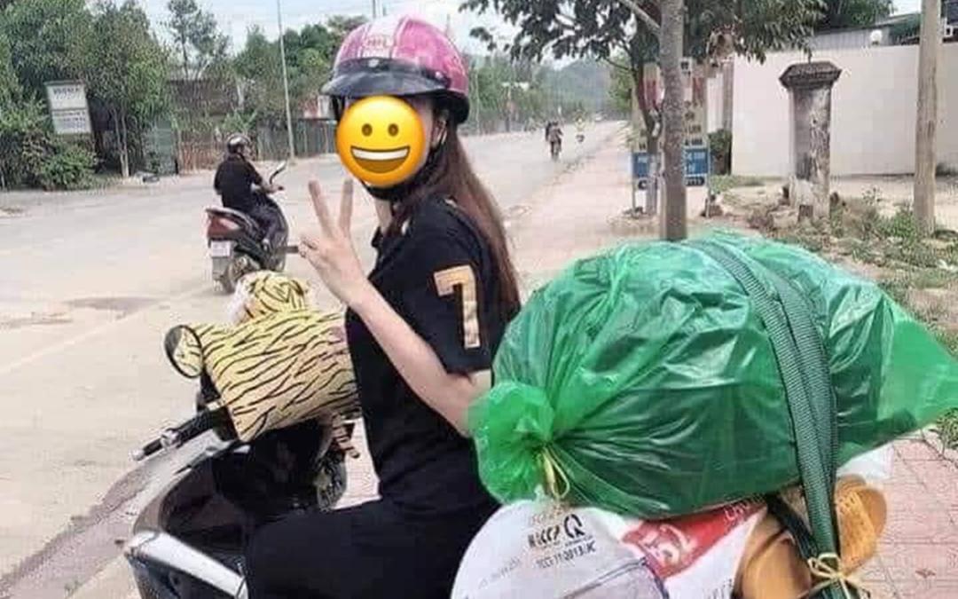 Chiếc xe máy của cô gái trẻ 'chở cả quê hương' lên thành phố sau kỳ nghỉ lễ khiến dân mạng thích thú