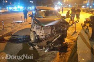 Thêm 1 ô tô 7 chỗ tông vào trạm thu phí cầu Đồng Nai