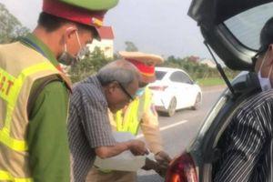 Tổ CSGT cảnh giới, mua xăng giúp tài xế trên cao tốc Hà Nội – Thái Nguyên
