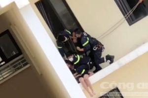TPHCM: Thót tim chứng kiến Cảnh sát cứu cô gái có ý định tự tử từ tầng 18 chung cư