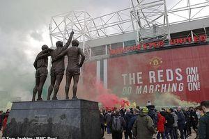 CĐV biểu tình làm loạn ở Old Trafford, trận đấu MU - Liverpool chính thức bị hoãn