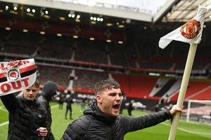 'Vỡ' sân Old Trafford, hoãn đại chiến Man United vs Liverpool