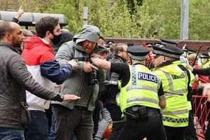 CĐV bạo loạn, đại chiến M.U vs Liverpool hoãn vô thời hạn