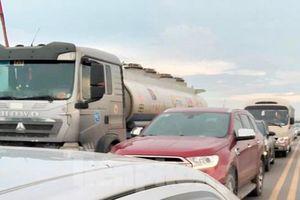 Đường dẫn vào cao tốc Pháp Vân - Ninh Bình tắc gần 10km do công trường thi công