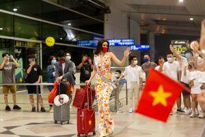 Khánh Vân diện trang phục đặc biệt lên đường thi Miss Universe