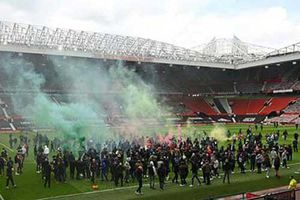 MU có thể bị trừ điểm vì để fan làm hoãn trận đấu với Liverpool