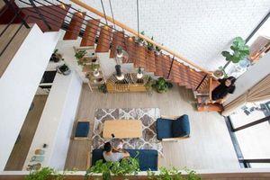 Căn nhà ống 2 tầng tràn ngập ánh sáng, khoảng vườn xanh mát giữa nhà khiến ai cũng mê mẩn