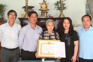 Huyện Long Thành trao huy hiệu Đảng cho 2 Đảng viên lớn tuổi