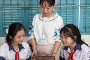 Học sinh vẽ tranh bằng gạo