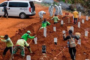 Chôn cất các thi thể, công nhân đào mộ ở Ấn Độ làm việc 24/7