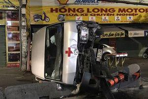 TPHCM: Xe cứu thương chở người quá cố lật nhào, một người bị thương năng