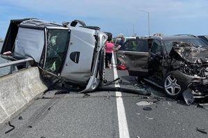 Văng khỏi ôtô gặp nạn, bé gái được người đàn ông liều mình cứu sống