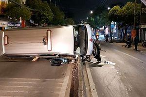 Chở người mất về quê an táng, xe cứu thương lật ngang trên QL1 lúc nửa đêm