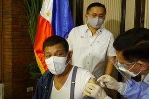 Tổng thống Philippines tiêm vắc-xin Trung Quốc