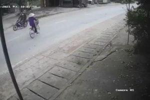 Đi xe đạp sang đường bất cẩn, cụ bà thoát nạn hy hữu