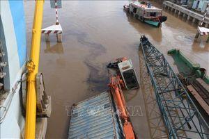 Khẩn trương cứu hộ sà lan bị chìm tại phường Nhà Mát, TP Bạc Liêu