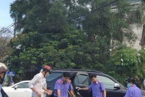 Thấy người gặp nạn, viện trưởng cấp tốc dùng xe cơ quan đưa đi cấp cứu