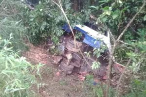 Quảng Ninh: Xe tải mất lái lao xuống vệ đường dốc khiến hai người thương vong