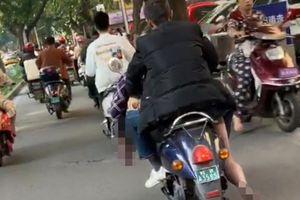 Điều khiển xe máy chở thi thể bạn ngay trên phố, người đi đường ai nấy đều sợ hãi
