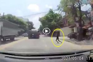 Cố tình ngã ra đường để tự tử, cô gái trẻ khiến tài xế 'xanh mặt'
