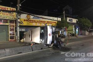 Xe cứu thương chở người chết lật nhào ở Sài Gòn, 1 người trọng thương