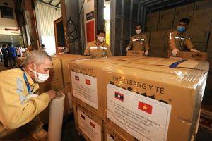 Vietnam Airlines thực hiện an toàn chuyến bay chở trang thiết bị y tế hỗ trợ Lào