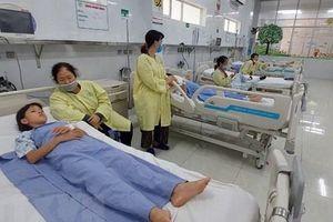 Sau bữa trưa, 1 trẻ tử vong, 5 trẻ cấp cứu nghi ngộ độc thực phẩm