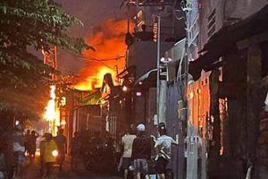 TP.HCM: Cháy dữ dội xưởng sản xuất ghế gần ngàn mét