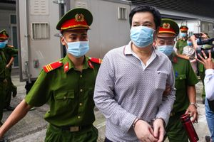 Cảnh sát dẫn giải 14 bị cáo trong đại án Nhật Cường